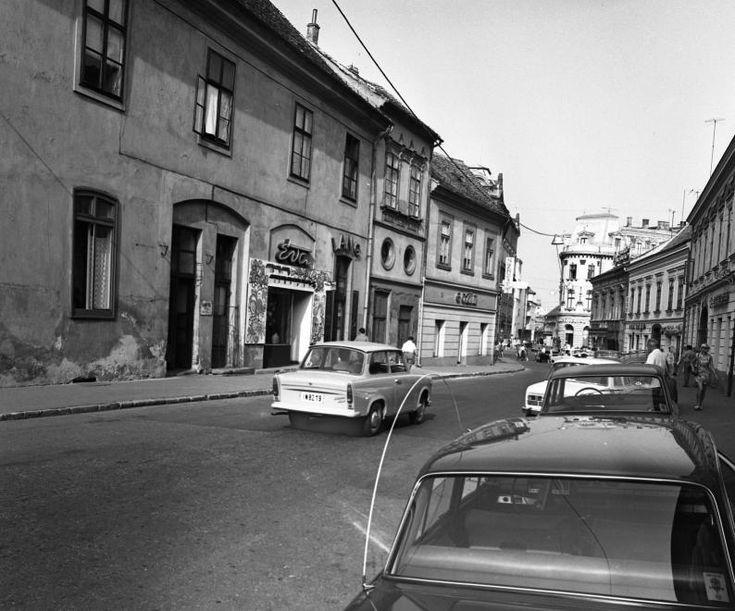 Jókai tér, szemben a Percel utca és az Irgalmasok utcája (Bem utca).