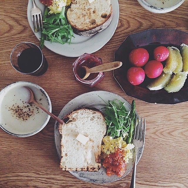 ・朝ごはん。アミーンズオーブンのハードトースト大根のポタージュスクランブルエッグに、トマトソース野菜と果物水出し珈琲