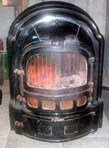 . De kolenkachel verwarmde alleen één kamer, de huiskamer, onder in de kachel zat een zeef die vol kwam te zitten met sintels. Deze zeef moest er uitgehaald worden en de sintels verwijdert. Meestal werd er flink mee geschud zodat het gruis werd en dat strooide men vaak op het tuinpad.