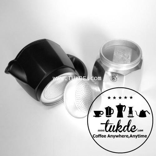 MOKA POT หม้อต้ม กาแฟ สด เอสเพรสโซ่ อลูมิเนียม 3 คัพ/ช๊อต silver black moka pot aluminuim 3cup/shot รุ่นใหม่ NEW Big Stainless Steel Safety Valve วาล์วนิรภัย สแตนเลส ขนาดใหญ่  MOKA POT กาต้ม ขนาด 3 CUP Italy  (90-150ml.)   -ขนาด 3 คัพ/ช๊อต  90-150มล.   รุ่น silver black  -NEW Big Stainless Steel Safety Valve วาล์วนิรภัย สแตนเลส ขนาดใหญ่  -หูจับแข็งแรงทนทาน  วัสดุอลูมิเนียม แข็งแรง ทนทาน น้ำหนักเบา ใช้งานง่าย  -ได้กาแฟเอสเปรสโซ๋ รสชาติเข้มข้นและหนักแน่น ต่างจากกาแฟทั่วๆไป  -ได้กาแฟสด…