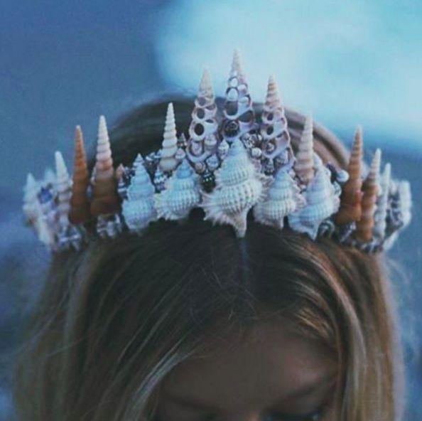 Artesanías llenas de conchas, cuarzos, cristales, joyas y cadenas para adornar tu cabeza. | Olvídate de las coronas de flores, esta nueva tendencia llegó para quedarse