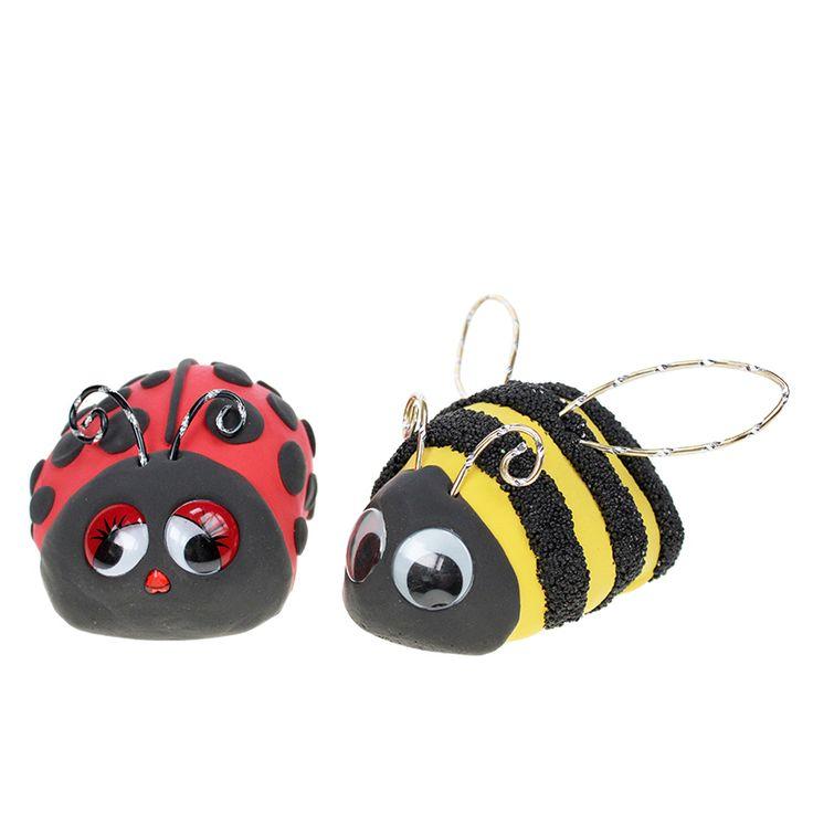 Leppäkerttu ja mehiläinen on valmistettu helmi- ja silkkimassoista kivien päälle.