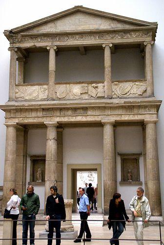 Berlin, Pergamonmuseum, rekonstruierter Eingang zum pergamenischen Athena-Tempel (Reconstructed entranceway to the Pergamene Athena temple)