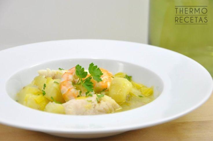 Un guiso ligero de patatas y merluza recomendable para las cenas en familia. Fácil y rápido de preparar utilizando Thermomix.