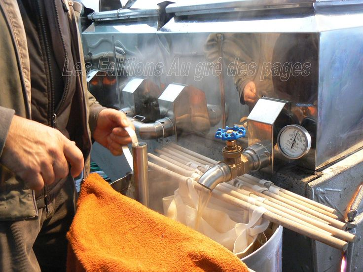 Le propriétaire commence à extraire le sirop de la cuve.
