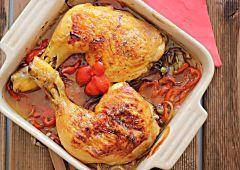Esta es una fácil, rápida y muy sabrosa manera de preparar unas pechugas de pollo. Las pechugas quedan muy jugosas y llenas de sabor gracias a la panceta con la que las envolvemos, al queso con el que las rellenamos, y a la salsa de queso que las acompaña. Además como están hechas en el …