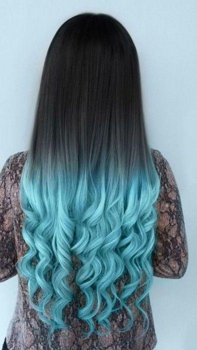 Chica con el cabello de color negro con las puntas azules
