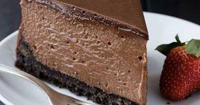Cheesecake de Chocolate Ingredientes 30 biscoitos de chocolate sem recheio 30 gramas de manteiga amolecida 1 xícara de creme de leite 2 xícaras de cream cheese 1 xícara de leite condensado 1 xícara de chocolate em pó 1 xícara de leite 1 saquinho de gelatina sem sabor dissolvida em á