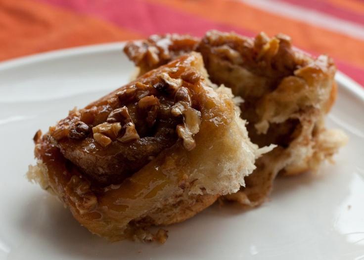Cinammon rolls with caramel and nuts.Bułeczki cynamonowe z karmelem i orzechami.