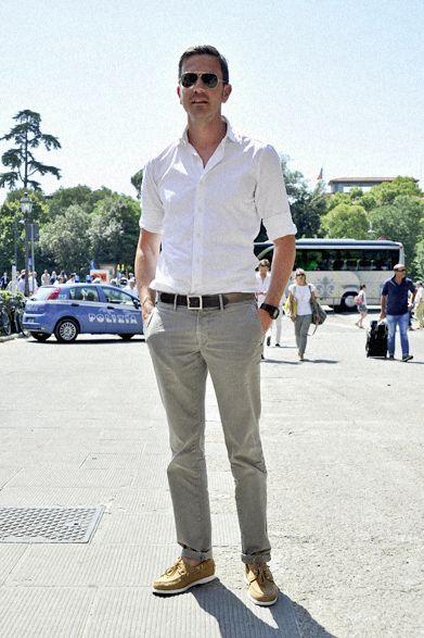 クリスティアーノ・デリッロ「ブライアン&バリー」マーケティングディレクター 袖も裾も完璧な「まくり」具合 ミラノの最旬セレクトショップ「ブライアン&バリー」のディレクターは、高度に洗練されたシャツ&パンツスタイルを実践。ドレスシャツの袖はきっちりと折り込み、インコテックスのパンツの裾は狭い幅で折り返す。暑さを感じさせない着こなしを完成させている。ビットモカシンやタッセルスリッポンではなく、セバゴのデッキシューズをセレクトしたところがプロ、というべきだろう。