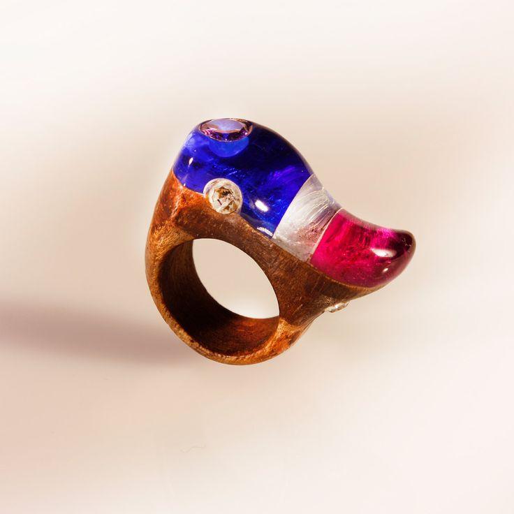 gioiello colorato a onda, anello in resina legno e strass,fatto a mano, intarsiato in rovere e resina. gioiello artigianale colorato. di SPhandmadejewelry su Etsy