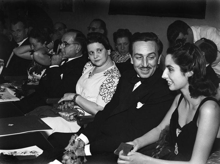 Walt Disney com sua esposa Lillian e o presidente Getúlio Vargas com sua esposa, Darcy, no lançamento do filme Fantasia, no Rio de Janeiro, em agosto de 1941.