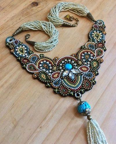 Стилизованные под народную культуру изделия. Такая разновидность полюбилась многим. Особенно популярными считаются индийские браслеты и цепочки, турецкая огранка камней в обрамлении металла из серебра или золота.