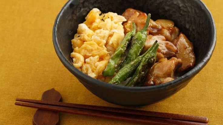 和食の定番、鶏の照り焼きは丼メニューにもぴったり。甘辛いたれがしみたごはんは、文句なしのおいしさです。炒り卵は、火を通し過ぎるとパサつくので、サッと炒めた... #ゼクシィキッチン #料理