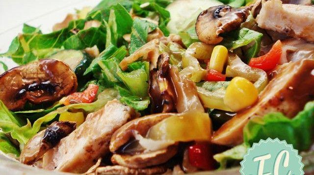 Σαλάτα με Ψητό Κοτόπουλο και Μανιτάρια
