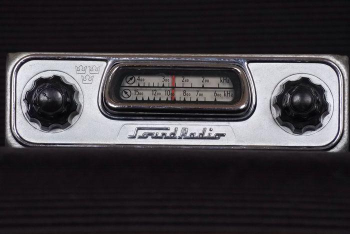 Soundradio Bilradio SR 144M uit Zweden -1954  Dit is een zeer bijzondere en zeer zeldzame klassieke autoradio uit de jaren 50 met middengolf en langegolf. Verlichting knoppen ontvangst en versterker doen het goed. De radio ziet er origineel als nieuw uit en is onbeschadigd. Het is een buizenradio in een aparte versterker met verbindingskabel. Ook deze zien er als nieuw uit. De verlichting werkt goed en is met de de rechter knop in te schakelen. Op dit moment is de radio afgestemd op 12 volt…