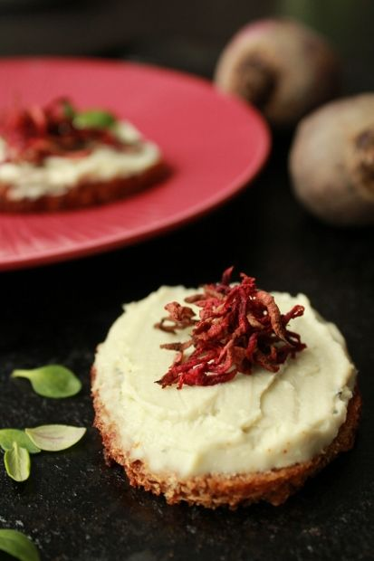 Little cream cheese topped breads. http://www.jotainmaukasta.fi/2012/11/10/korkkaa-kuuman-juoman-juhlakausi/