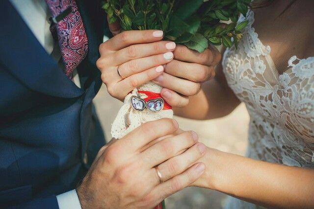 Букет невесты с медальоном в виде яблочка, в котором хранятся свадебные фотографии родителей молодоженов. #рустик #букет #букетневесты #семейныетрадиции #жених #невеста #флористика #свадьба