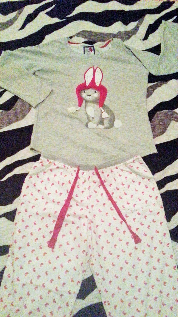 Моя любимая пижамка=) @time4beauty #ourfavoritethings Обожаю эту пижаму за уют и мягкость, Кролик очень веселый и пушистый поднимает настроение, а главное штанишки фланелевые как в детстве=)))) ( Также эту пижаму обожает кошка, так как пом-пончики с шапки кролика очень весело грызть)