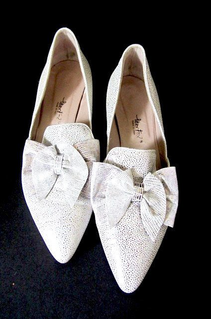 Vintage wedding shoes, white silver shoes, Italian Leather Pumps, white wedding shoes, shoes with bows, Peter Fox pumps, silver dress shoes by lovesknitting on Etsy https://www.etsy.com/listing/489841861/vintage-wedding-shoes-white-silver-shoes