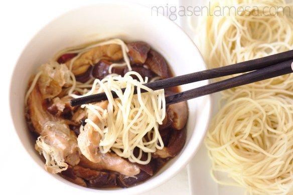 Receta de tsukemen, un plato japonés de ramen servido muy caliente, y noodles cocidos y enfriados, diferente y muy sabroso