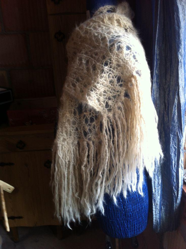 Sciarpa di lana ottenuta dall'abbondante muta primaverile dei miei cani da Pastore Maremmani: Prisco ,Kyra, Maya.