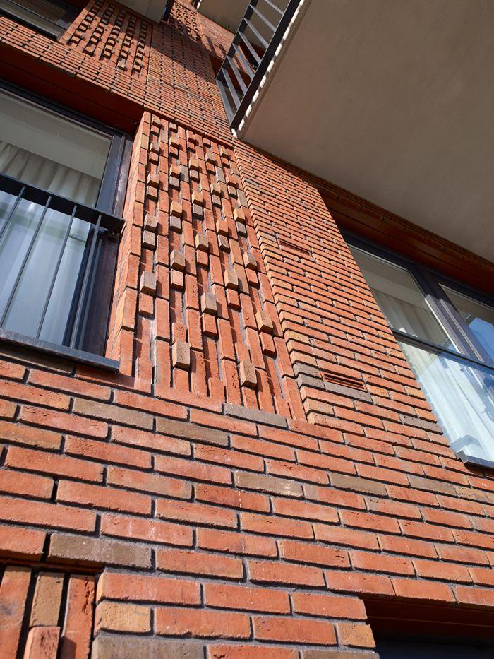 Vernieuwing van de Grunobuurt in Groningen. Om de duidelijk herkenbare eenheid van de oude Grunobuurt terug te laten komen, is voor een heldere blokstructuur gekozen. Er is gekozen voor opvallende metselwerkdetaillering . Een roodkleurige genuanceerde steen, bakstenen met een mooie diepe kleur.