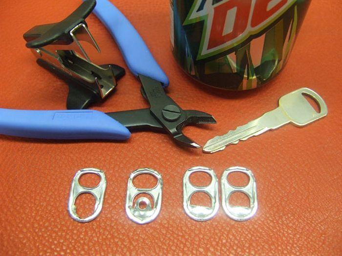 Bolsos hechos exclusivamente con argollas de latas de refresco.  Sensacional.    Foto 1/5.    Fuente: www.friki.net