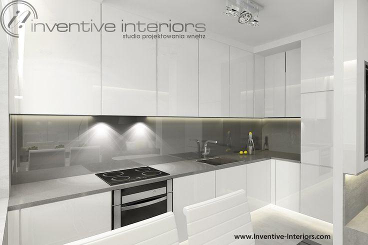Projekt kuchni Inventive Interiors - biała kuchnia z szarym blatem i szarym lacobelem