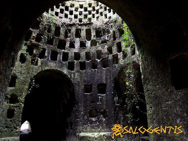 Sala della cupola dell'ipogeo di Torre Pinta, Otranto. Numerosissime le cellette che secondo teorie contrastanti sarebbero state utilizzate per ospitare olle cinerarie o tavolette votive con su incise immagini di divinità o delle loro storie.