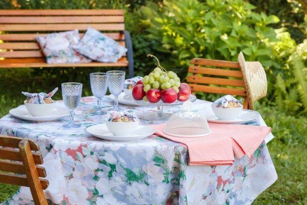 Kolekce Monet je jako stvořená pro letní dny a servírování venku. Látkové ubrousky svažte do malých uzlíků kolem křupavých housek, které tak můžete podávat k polévce. Dozdobte je snítkou levandule nebo obyčejnými kvítky z louky.