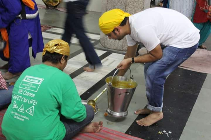 A group of volunteers from Art of Living Foundation visited a Gurudhwara (a holy place for Sikhs). With the spirit of love, belongingness and service flowing all around, the volunteers were warmly welcomed and acquainted with the beautiful Sikhism legacy. The volunteers then participated in preparation of 'Langar' and served more than 200+ people. It was indeed a celebration of humanity with people of different backgrounds coming together and celebrating the one religion, HUMANITY.