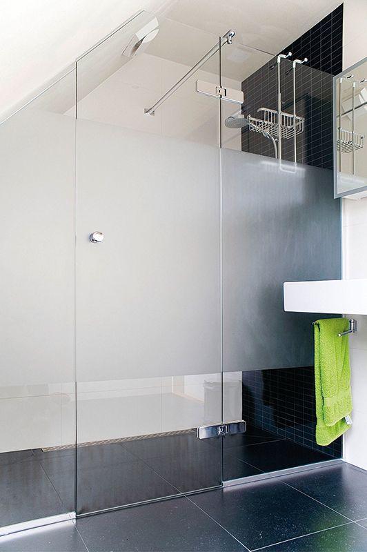 Glazen douchedeur. Badkamer. Vaste wand met deur en glas-muur stabilisatorstang