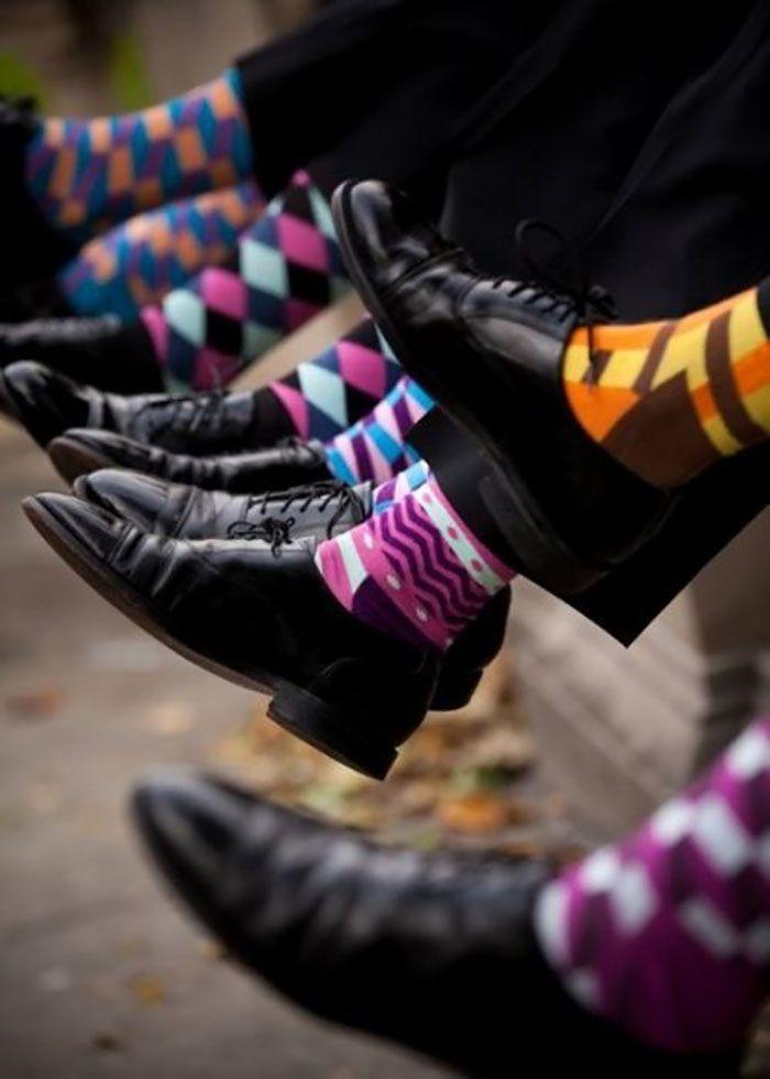 Calça e sapato preto pedem meias coloridas masculinas em diferentes cores e estampas