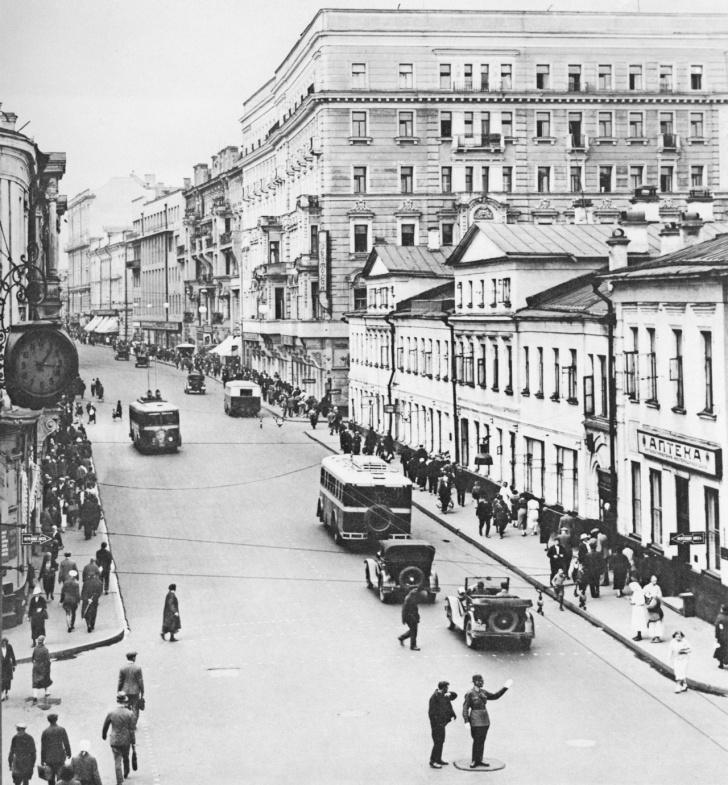 Улица Горького. Видны тролейбусы типа ЛК-1
