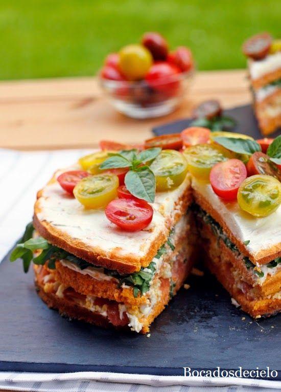 Pastel de salmón, rúcula y pimientos del piquillo
