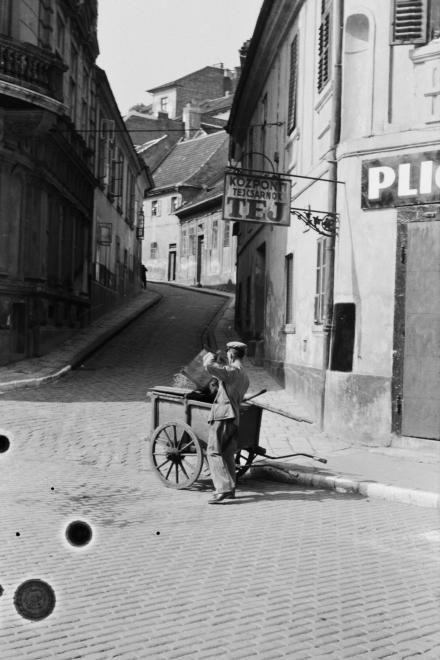 1941: Szalag utca a Corvin térről nézve.