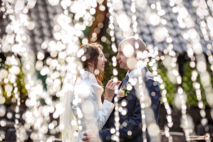 Нежная невеста и любящий жених.