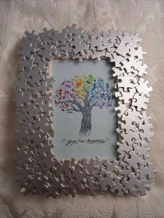 marco de fotos hecho con piezas de puzzle