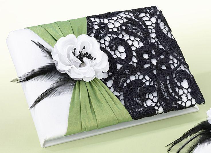 Gastenboek Black Lace, basis wit satijn bekleed met fris groen satijn en zwart kant, witte roos en zwarte verendecoratie.