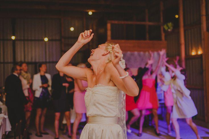 Bouquet throwing. http://johannahietanen.com/wedding/kustavi-wedding-preview/