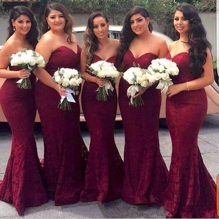 Usar os vestidos iguais é uma tradição que veio dos Estados Unidos e tomou muita força aqui no Brasil. Mas você também pode optar por escolher a cor e deixar suas madrinhas mais à vontade para escolher o modelo que mais se adapta a cada estilo de corpo. Fica igualmente lindo!