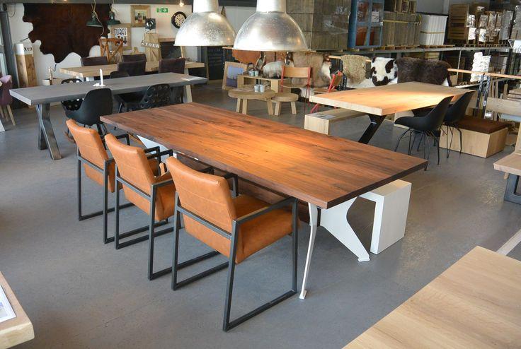 Prachtige tafel met een super gaaf onderstel, het blad is gemaakt van massief notenhout en behandeld met transparante olie. Alle maten mogelijk!