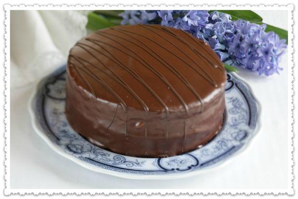 Слои мягкого шоколадного бисквита, пропитанные сладким сиропом, соединены шоколадным кремом. Торт украшен глазированной шоколадной помадкой и глазурью.