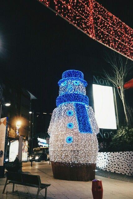 #Muñeco de Nieve en #Andorra⛄ (Hecha por mi con SonyXperia) #Snowman in Andorra. (taken by me #SonyXperia ) Nuevo perfil en Instagram @misslaurisunday http://instagram.com/p/yAPVyjiPyi/    #Christmas #night #lights #snowman #city #streets #travelling #fun