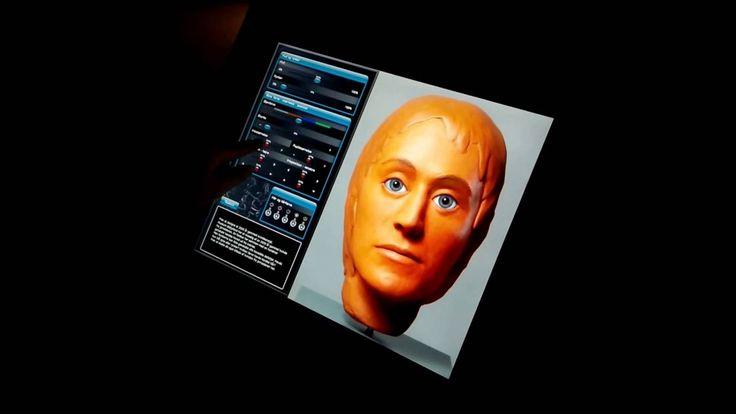 """På Museum Østjylland kan gæsterne ikke kun se en rekonstruktion af Auning-kvindens ansigt. De kan også selv tilføre """"bløde data"""" som fx øjen- og hårfarve m.m. Det er samtidig en formidling af rekonstruktionernes """"begrænsning"""" og spillerum."""