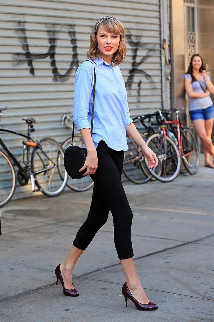 Taylor Swift look deTaylor Swiftevoca una vez más su estética naïf con unos leggings negros de corte capri, una camisa azul deSteven Alan, salones de charol de color vino, un bolso bandolera en forma de corazón deGelareh Mizrahiy un pañuelo de cuadros vichy blancos y negros deModclothcoronando su melena.