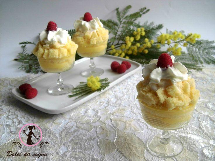 Coppe mimosa o torta, per la festa della donna, con pan di spagna crema