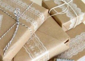 Kraftpapier inpakken | Meer inpakideeën met kraftpapier: http://www.jouwwoonidee.nl/inpakken-met-kraftpapier-en-lint/