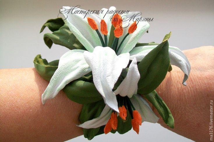 Необходимые материалы: - натуральная кожа трех цветов; - ножницы; - клей ПВА; - клей Момент Кристалл; - краска для тонировки; - проволока; - чокер-основа для колье. Итак, начали! Желаю приятного просмотра. Выбираем нужные цвета кожи. Белая пойдет на лепестки лилий, светло-салатная — для тычинок и пестиков, потемнее — для листьев. Еще понадобится оранжевая кожа или замша для пыльников тычинок.